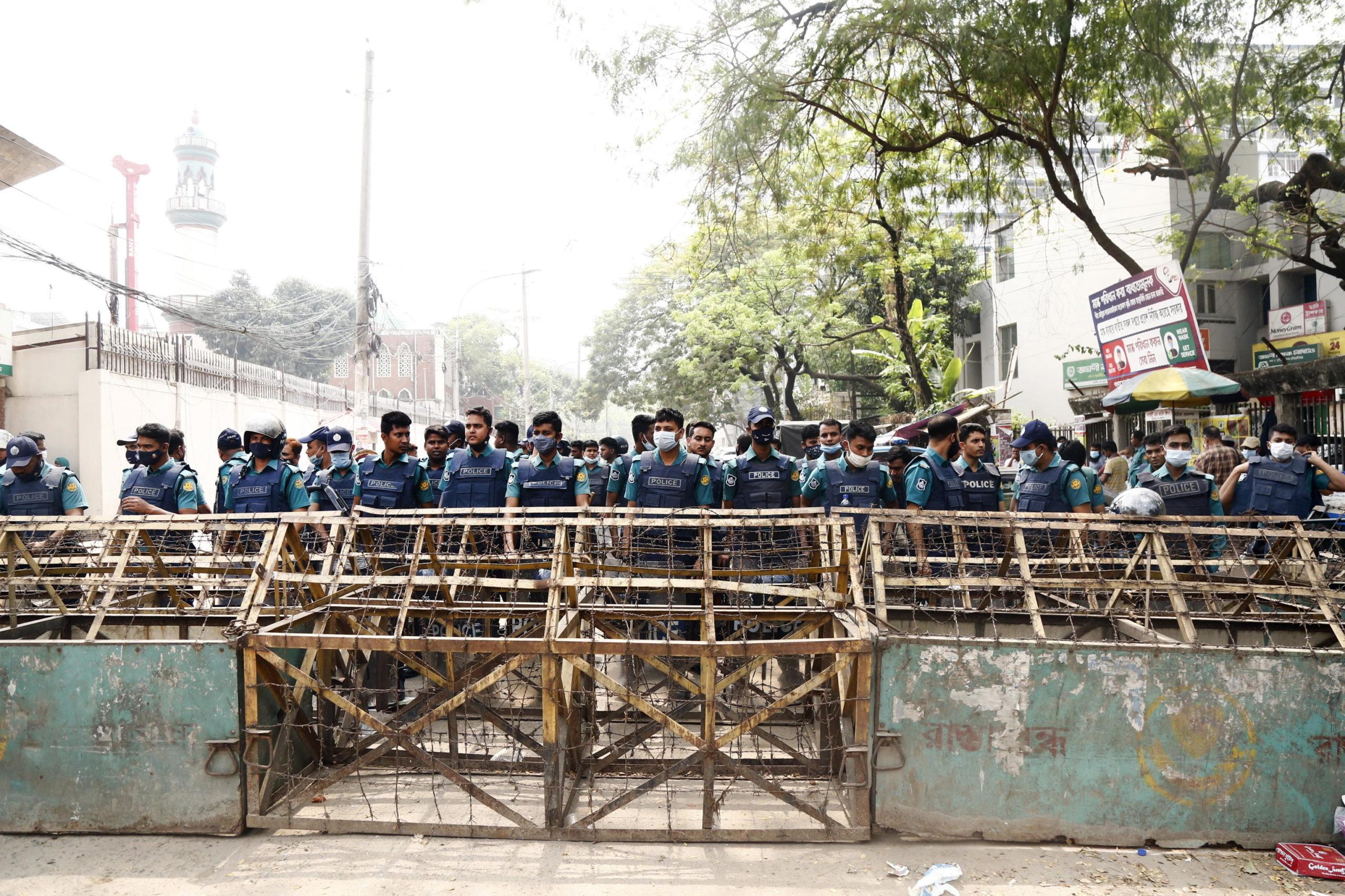 La Polizia osserva l'evoleversi delle proteste in atto a Dhaka