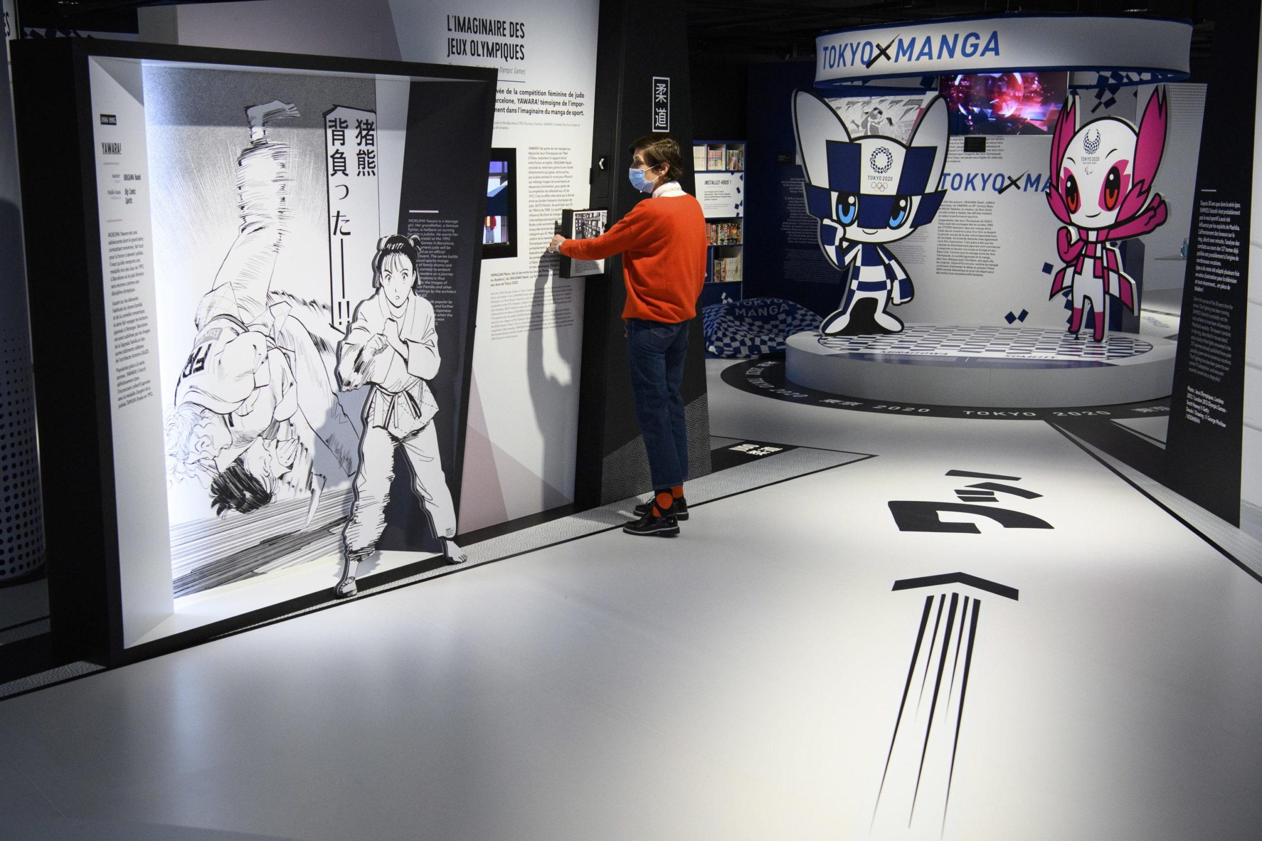 Un visitatore fermo davanti ad uno degli stand