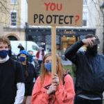 """Frasi polemiche su cartelli e striscioni, su questo la scritta """"Chi state proteggendo?"""""""