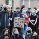 """Sui cartelli dei manifestanti la frase """"4 proteste in 9 giorni, forse è un segno?"""""""