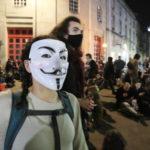 Per le strade, tantissime persone mascherate: sia ragazzi che adulti