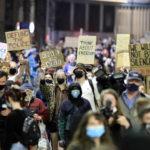 Arriva sera, i manifestanti aumentano di numero