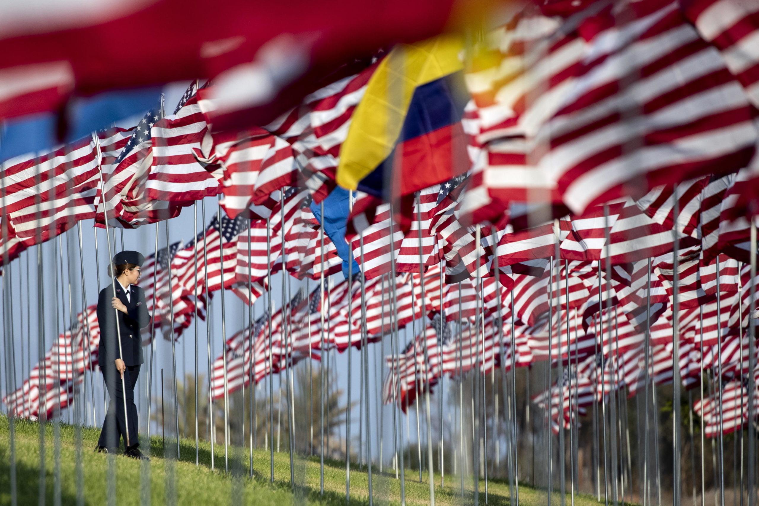 Un cadetto posiziona una bandiera americana alla Pepperdine University di Malibu