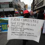 Un manifestante accusa con un cartello il Ministero del lavoro ecuadoregno