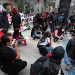 Sit in dei manifestanti in segno di protesta contro le riforme