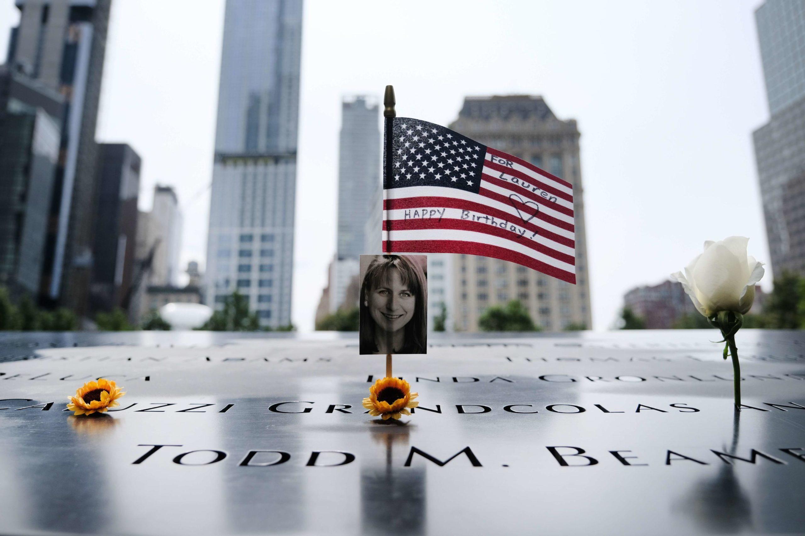 La targa commemorativa di una delle vittime dell'attentato alle Torri Gemelle