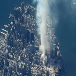 Il fumo che si alza sopra Ground Zero, nel sito del World Trade Center.