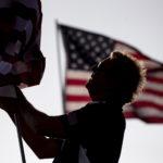 Un volontario posiziona una bandiera americana alla Pepperdine University di Malibu. California