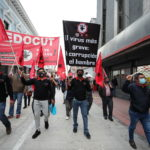 """I contestatori camminano con striscioni: """"Il virus più grande è la corruzione"""""""