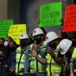 I lavoratori chiedono nei cartelloni che il governo ritiri le misure sui prezzi dei carburanti
