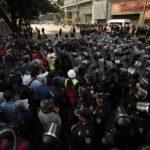 Lavoratori manifestano a Città del Messico contro l'aumento del prezzo dei carburanti deciso dall'Autorità di regolazione energetica messicana