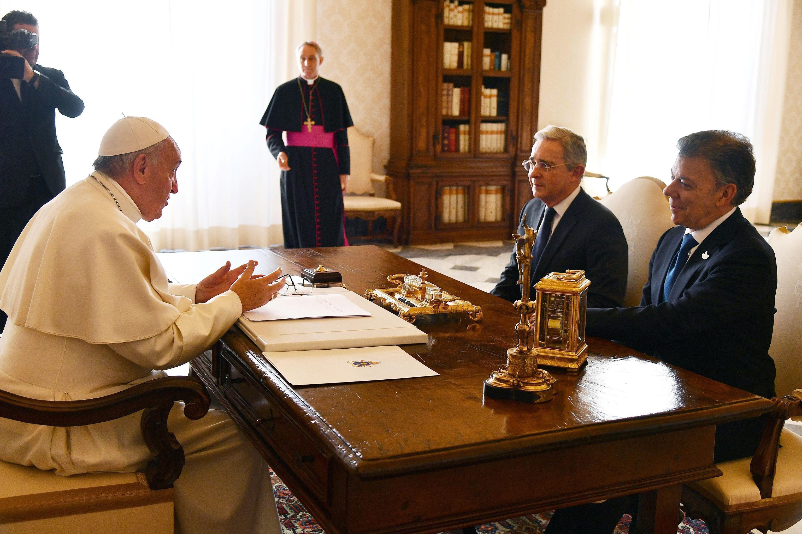 01 Il presidente Santos e il suo predecessore Uribe a colloquio con Papa Francesco